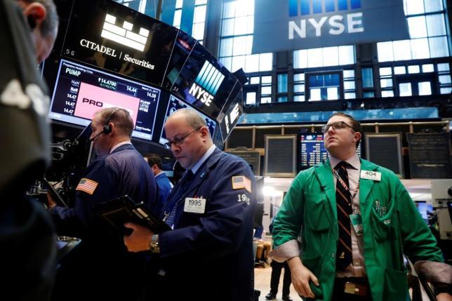 3月21日、米国株式市場は大幅に下落して取引を終えた。トランプ米政権の掲げる大規模減税がこれまで米株価を押し上げてきたが、実施が遅れることへの懸念が強まり、売りが優勢となった。NYSEで撮影(2017年 ロイター/Lucas Jackson)