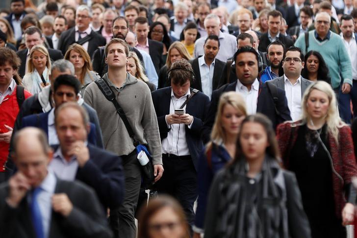 资料图片:2016年9月,伦敦通勤人群在高峰时段通过伦敦桥。REUTERS/Stefan Wermuth