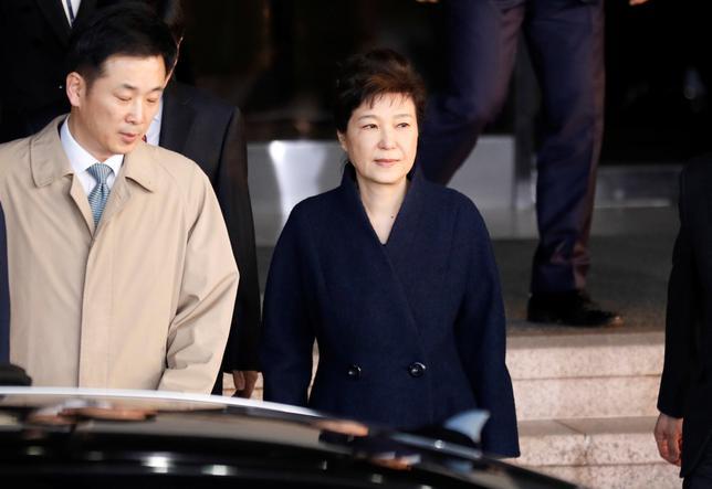 3月22日、韓国の朴槿恵前大統領は朝、収賄などを巡る捜査で容疑者として取り調べを受けていた検察当局を後にし、自宅に戻った。写真は検察当局から出る同前大統領。韓国ソウルで撮影(2017年 ロイター/Kim Hong-Ji)
