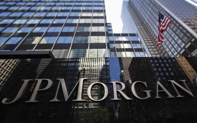 3月21日、米JPモルガン・チェースは、普通株式の四半期配当について、1株当たり0.48ドルから0.50ドルに引き上げると発表した。写真は同行の看板。ニューヨークで2013年9月撮影(2017年 ロイター/Mike Segar)