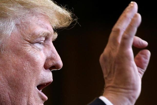 3月21日、米国家安全保障会議(NSC)のクリストファー・フォード上級部長(大量破壊兵器・拡散阻止担当)は、過去の共和党や民主党の大統領が掲げてきた「核兵器のない世界」という目標が「現実的」かどうか、トランプ政権が再検討する方針であることを明らかにした。写真はトランプ米大統領。アリゾナ州フェニックス で昨年10月撮影(2017年 ロイター/Carlo Allegri)