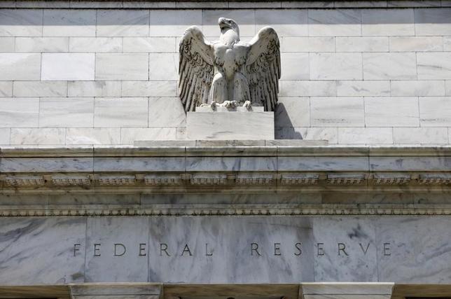 3月22日、米ダラス地区連銀のカプラン総裁は、国内労働市場が完全雇用に近付き、インフレ率が2%に向かって上昇する中、米連邦準備理事会(FRB)は年内にあと2回の利上げを行い、バランスシートの段階的な縮小に向けた取り組みを続けることが妥当だとの認識を示した。写真はワシントンの米連邦準備理事会ビル。2012年6月撮影(2017年 ロイター/Yuri Gripas)