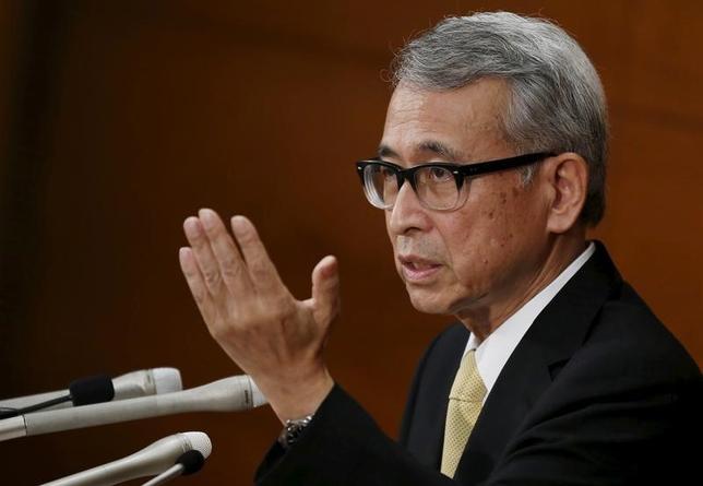 3月22日、日銀の布野幸利審議委員は、静岡市内で会見し、現状の消費者物価の水準は物価2%目標に向けた発射台として低いとの認識を示し、現在「ゼロ%程度」としている長期金利目標を調整するような状況にはないと語った。写真は2015年7月、日銀本部で行われた就任記者会見で撮影(2017年 ロイター/Toru hanai)