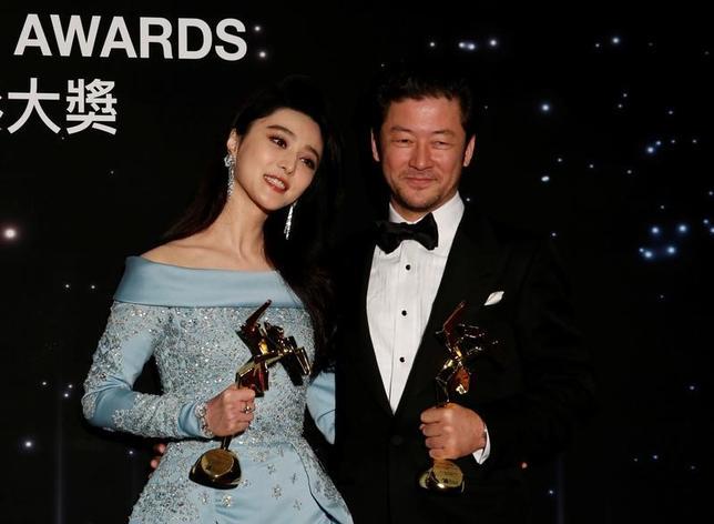 3月21日、香港で21日、第11回アジア・フィルム・アワードが開催され、日本の浅野忠信(写真右)が主演男優賞を受賞した。(2017年 ロイター/Bobby Yip)