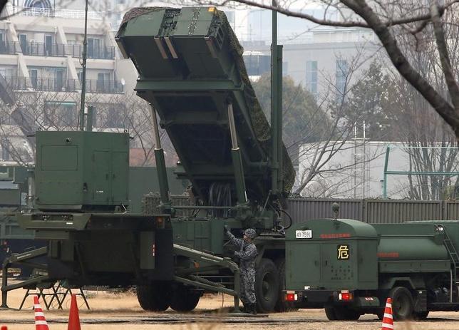 3月22日、関係者が明らかにしたところによると、自民党は3月中に敵基地攻撃能力の保有に向けた提言をまとめ、政府に検討を求めることを決めた。写真は「PAC3」ミサイル。防衛省で6日撮影(2017年 ロイター/Kim Kyung-Hoon)