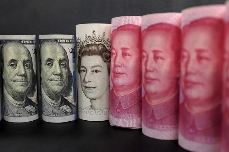 资料图片:2016年1月拍摄的人民币、美元和英镑纸币。REUTERS/Jason Lee