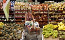 Una persona realizando compras en un supermercado en Sao Paulo, Brasil, ene 11, 2017. La inflación en Brasil se desaceleró en el año hasta mediados de marzo, como se esperaba, y se encamina al centro de meta oficial debido a una caída en los costos de alimentos y combustibles, mostraron datos el miércoles, lo que allanaba el camino para más recortes de las tasas de interés por parte del Banco Central.  REUTERS/Paulo Whitaker