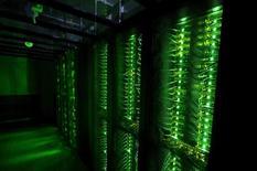 """Imagen de archivo de unos servidores en el centro de datos Thor de Advania en Hafnarfjordur, Islandia, ago 7, 2015. Una amplia coalición de grupos de organizaciones publicitarias de Europa y Estados Unidos instó a la industria a dejar de utilizar molestos formatos de """"marketing"""" digital, los que han provocado un rápido auge de las herramientas de bloqueo de los anuncios.  REUTERS/Sigtryggur Ari"""