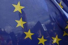 Imagen de archivo de unos manifestantes sostienendo una bandera de la Unión Europea a las afueras del Parlamento en Londres, feb 20, 2017. La Comisión Europea vetará la propuesta de fusión de Deutsche Boerse con la London Stock Exchange, dijeron el jueves tres fuentes con conocimiento del proceso, lo que echará por tierra los planes de crear el operador de mercado más grande de Europa.  REUTERS/Stefan Wermuth
