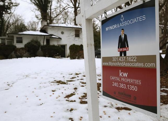 3月22日、2月の米中古住宅販売戸数は年率換算で前月比3.7%減の548万戸だった。写真は米メリーランド州の中古販売物件の看板。2014年2月撮影。(2017年 ロイター/Gary Cameron)