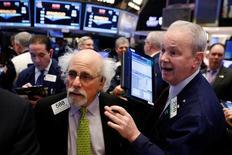 Operadores trabajando en la bolsa de Wall Street en Nueva York, mar 22, 2017. El S&P 500 y el Nasdaq revertían sus pérdidas y subían levemente el miércoles, ya que los inversores buscaban oportunidades entre las acciones un día después de que los principales índice de Wall Street registraron su mayor pérdida diaria desde antes de las elecciones presidenciales de noviembre.   REUTERS/Lucas Jackson