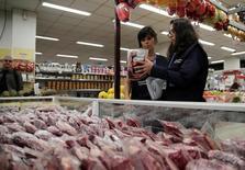Imagen de archivo de fiscalizadores sanitarios que recolectan carne para analizar en sus laboratorios en un supermercado en Río de Janeiro, Brasil, Marzo 20, 2017. La investigación de la policía sobre presuntas prácticas corruptas y antihigiénicas ha dañado severamente la reputación de la industria cárnica de Brasil y podría costarle al país un 10 por ciento de su participación en el mercado global, dijo el miércoles el ministro de Agricultura, Blairo Maggi. REUTERS/Ricardo Moraes