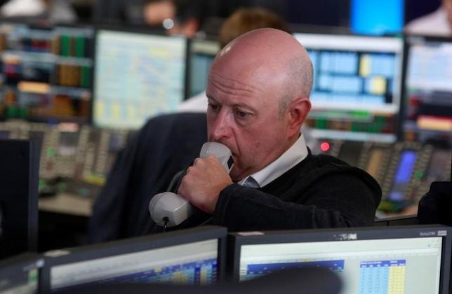 3月22日、昨年11月の米大統領選以降、大躍進してきた世界の株式市場に陰りがでてきた。上げ相場の材料となっていたトランプ米政権の減税、インフラ投資、金融規制緩和の具体的な内容が示されないことに失望感が広がっている。写真は証券会社のトレーダー。ロンドンで昨年6月撮影(2017年 ロイター/Russell Boyce)