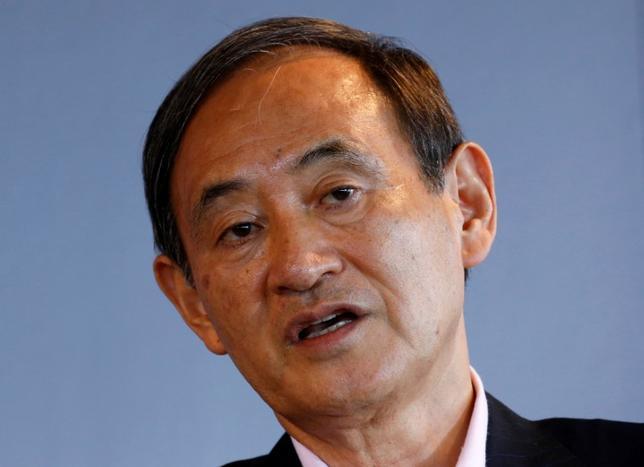 3月23日、菅義偉官房長官(写真)は午後の会見で、大阪の学校法人、森友学園の国有地払い下げ問題に関して、あす迫田英典国税庁長官らの参考人招致が行われるなど、追及の動きが長引いていることが政権に与える影響について「全くないと思う」と述べた。2016年8月撮影(2017年 ロイター/Kim Kyung-Hoon)