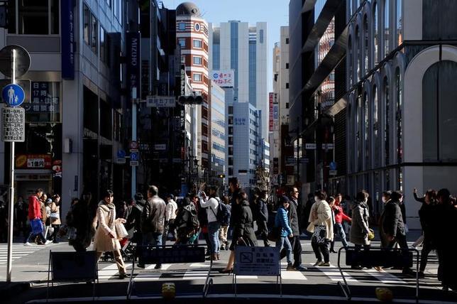 3月23日、政府は3月の月例経済報告で、個人消費と企業収益の判断を上方修正したが、全体の基調判断は「一部に改善の遅れもみられるが、緩やかな回復基調が続いている」と据え置いた。東京・銀座で2月撮影(2017年 ロイター/Toru Hanai/File Photo)