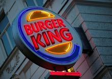El logo de la cadena de restaurantes de comida rápida Burger King en un local en Viena, oct 1, 2016. Las principales cadenas de comida rápida en Corea del Sur y Hong Kong sacaron la carne de pollo, vacuno y cerdo proveniente de Brasil de sus menús, mientras se esfuerzan por tranquilizar a los clientes sobre la seguridad alimentaria a raíz del escándalo de los productos cárnicos.     REUTERS/Leonhard Foeger/File Photo