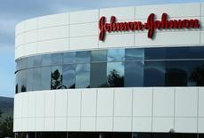 En la imagen de archivo, un edificio de Johnson & Johnson en Irvine, California, Estados Unidos. 24 de enero de 2017. El conglomerado estadounidense de cuidados de la salud Johnson & Johnson se convirtió en la empresa más reciente en suspender sus anuncios en el sitio YouTube, de Google, por preocupaciones de que hubieran aparecido en canales que emiten videos ofensivos.REUTERS/Mike Blake