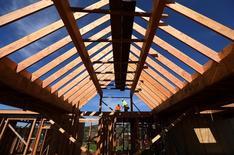 Unos trabajadores en la construcción de una vivienda unifamiliar en San Diego, EEUU, feb 15, 2017. Las ventas de casas nuevas unifamiliares en Estados Unidos escalaron a un máximo de siete meses en febrero, lo que sugiere que la recuperación del mercado inmobiliario siguió ganando impulso pese a los precios altos y a la escasez de inventarios.     REUTERS/Mike Blake