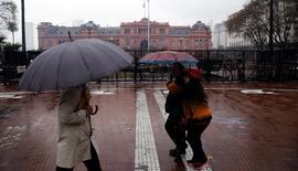 Gente camina frente a la Casa Rosada, la sede del Gobierno de Argentina, en Buenos Aires. 2 de junio de 2016. Argentina dijo que colocó el jueves bonos por 400 millones de francos suizos al 3,375 por ciento, con vencimiento en octubre de 2020, tras 19 años de no emitir deuda en dicha moneda. REUTERS/Marcos Brindicci