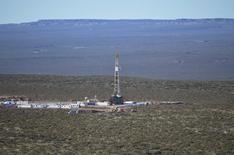 Imagen de archivo de una plataforma petrolera en Neuquén. 11 de julio de 2013. La petrolera argentina Tecpetrol, del Grupo Techint, anunció el jueves que invertirá 2.300 millones de dólares hasta 2019 para explotar gas no convencional en el yacimiento de hidrocarburos Vaca Muerta. Prensa YPF/vÍa REUTERS. ATENCIÓN EDITORES - SOLO PARA USO EDITORIAL.  NO ESTÁ A LA VENTA Y NO SE PUEDE USAR EN CAMPAÑAS PUBLICITARIAS. ESTA IMAGEN HA SIDO ENTREGADA POR UN TERCERO Y SE DISTRIBUYE EXÁCTAMENTE COMO LA RECIBIÓ REUTERS COMO UN SERVICIO A SUS CLIENTES.
