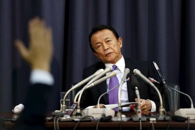 3月24日、学校法人「森友学園」の籠池泰典氏が23日の証人喚問で、首相夫人付の政府職員から財務省に問い合わせたと明らかにしたことを受け、麻生太郎財務相(写真)は「問い合わせがあったことについて、報告は受けていない」と述べた。2015年12月撮影(2017年 ロイター/Issei Kato)