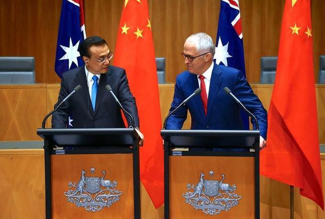3月24日、中国の李克強首相は、オーストラリア産の牛肉の輸入に対する制限を撤廃すると発表した。また鉱山や鉄道、港湾の共同開発プロジェクトにも着手する。写真はオーストラリア・キャンベラの豪首相官邸での李克強中首相(写真左)とターンブル豪首相(写真右)の合同記者会見の模様(2017年 ロイター/David Gray)