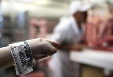 """Rótulo de """"inspeccionado"""" del Ministerio de Agricultura es anexado a un pedazo de carne en Sao Paulo, Brasil. 10/10/2014. Perú incrementará los controles sanitarios a las importaciones de productos cárnicos procedentes de Brasil y anuló los permisos de ventas a dos firmas brasileñas investigadas por supuestas ventas de productos en mal estado, en medio de un escándalo de corrupción en Brasil.       REUTERS/Nacho Doce"""