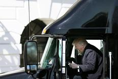 El presidente de Estados Unidos, Donald Trump, arriba de un camión en Washington, Estados Unidos. El presidente de Estados Unidos, Donald Trump, informó el viernes de la aprobación oficial al oleoducto Keystone XL, un polémico proyecto que fue rechazado por su predecesor Barack Obama. REUTERS/Carlos Barria