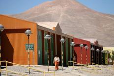 IMAGEN DE ARCHIVO: Una vista del campamento de los trabajadores de Escondida, en Antofagasta, Chile. 31 de marzo 2008. Mientras desarma la carpa en la que durmió durante las frías noches desérticas durante la extensa huelga en la mina Escondida, en Chile, el operario de abastecimiento Luis Varas se muestra satisfecho de retornar a su rutina. REUTERS/Ivan Alvarado/File Photo