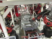 Robots ensamblando vehículos en la planta de Tesla en Fremont, EEUU, jul 25, 2016.Los nuevos pedidos de bienes de capital fabricados en Estados Unidos cayeron inesperadamente en febrero, pero un aumento de los envíos por la demanda por maquinaria y equipamiento eléctrico respaldó las expectativas de una aceleración en la inversión de las empresas en el primer trimestre.   REUTERS/Joseph White