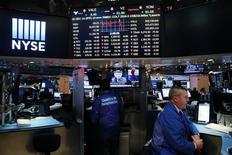 Un operador trabaja en el parqué de la Bolsa de Nueva York. 14 de diciembre 2016. Una sesión dramática en Wall Street terminó el viernes con una leve caída, luego de que las acciones recortaron pérdidas después de que los republicanos retiraron su proyecto de reforma al sistema de salud. REUTERS/Lucas Jackson