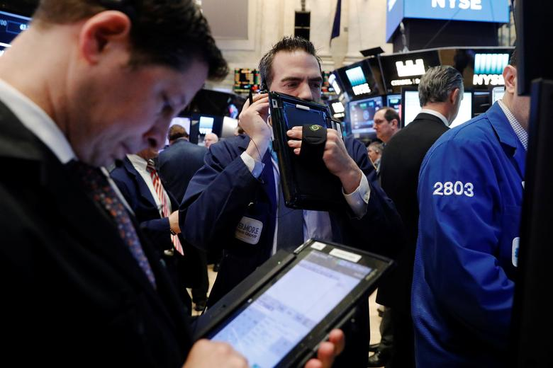 Traders work on the floor of the New York Stock Exchange (NYSE) in New York, U.S., March 21, 2017.  REUTERS/Lucas Jackson