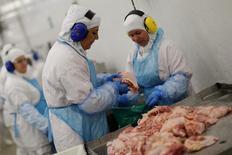 Funcionarios de una unidad de JBS en Lapa, Brasil. 21/3/2017. El ministro de Agricultura de Brasil, Blairo Maggi, dijo el sábado a Reuters que China levantará la suspensión sobre las importaciones de carne brasileña tras aclararse las irregularidades de la inspección.  REUTERS/Ueslei Marcelino