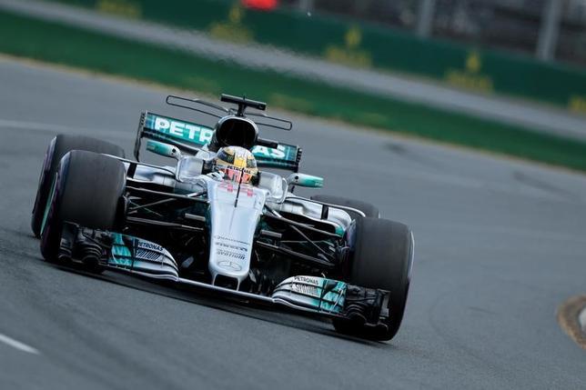 3月25日、自動車レースF1の今季開幕戦、オーストラリアGP公式予選、ルイス・ハミルトンが1分22秒188のタイムで通算62回目のポールポジションを獲得した(2017年 ロイター/Jason Reed)