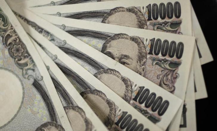 资料图片:2011年8月,日本东京,日元纸币。REUTERS/Yuriko Nakao