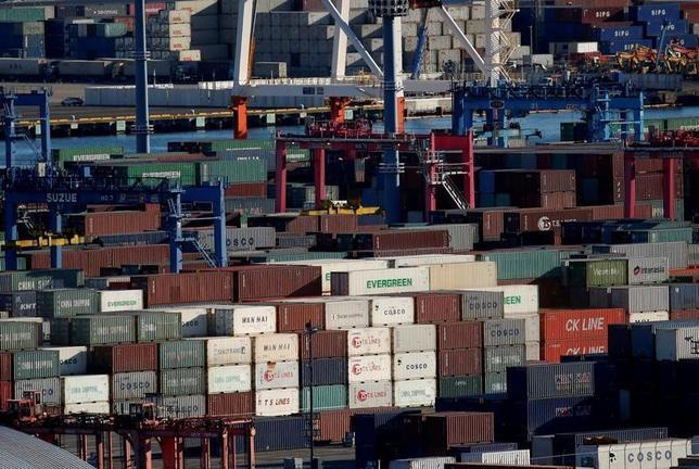 3月27日、日銀が27日公表した2月の企業向けサービス価格指数は前年比0.8%上昇した。消費税の影響を除いたベースでは2015年8月以来の伸びとなった。写真は横浜の工業港区。1月撮影(2017年 ロイター/Kim Kyung-Hoon)