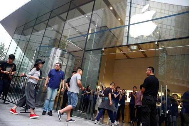 3月25日、米アップルのスマートフォン(スマホ)iPhone(アイフォーン)6が中国で地元企業のデザインを模倣しているとして当局から販売停止を命じられていた問題で、北京市の知的財産裁判所は24日、当局の命令を無効とする判決を下した。写真は中国・北京のアップル・ストアー。昨年9月撮影(2017年 ロイター/Thomas Peter)