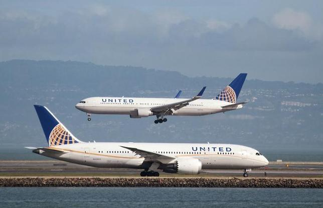 A United Airlines Boeing 787 taxis as a United Airlines Boeing 767 lands at San Francisco International Airport, San Francisco, California, U.S. on February 7, 2015. REUTERS/Louis Nastro/Files