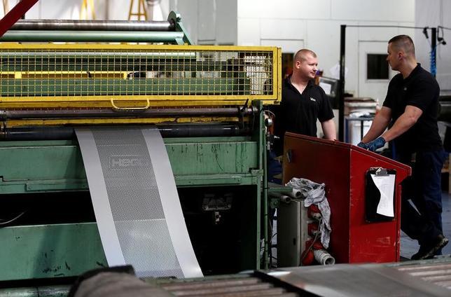 3月27日、英製造業団体のEEFは、メイ首相に対し、欧州連合(EU)と新たな貿易協定を締結せずに離脱手続きを完了した場合は国内製造業が痛手を被ることになると警告し、離脱交渉でその可能性をちらつかせるのは控えるよう要請した。写真はレディングの工場で昨年9月撮影(2017年 ロイター/Peter Nicholls)