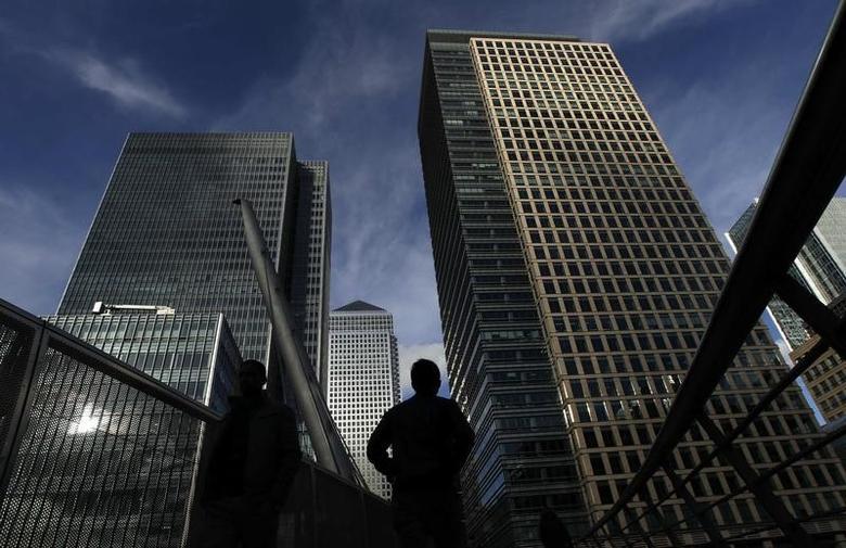 资料图片:2011年2月,伦敦金丝雀码头金融区的写字楼下行人的背影。REUTERS/Luke MacGregor