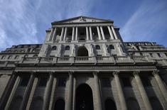 En la imagen, la sede del Banco de Inglaterra en Londres, el 14 de febrero de 2017. Los bancos británicos necesitan prepararse para una serie de escenarios potenciales y para evitar cambios repentinos del crédito mientras el país se prepara para salir de la Unión Europea, dijeron el lunes funcionarios del Banco de Inglaterra. REUTERS/Hannah McKay