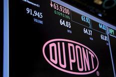 El logo de DuPont en una pantalla de la Bolsa de Nueva York, Estados Unidos. 22 de diciembre 2015.Los reguladores de competencia de la Unión Europea aprobaron el lunes la fusión de 130.000 millones de dólares entre Dow Chemical y DuPont, después de que las compañías acordaron desinvertir en algunos activos e instalaciones para despejar las preocupaciones de las autoridades. REUTERS/Lucas Jackson/File Photo