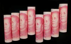 """Imagen de archivo de billetes de 100 yuanes. Ilustración fotográfica realizada en Pekín, China. 5 de noviembre de 2013. El banco central de China dijo el lunes que mejorará la """"infraestructura y el marco"""" regulatorio para las operaciones transfronterizas con yuanes y reforzará el rol de la moneda en la inversión y las reservas del país. REUTERS/Jason Lee"""