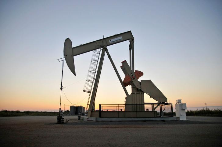 FILE PHOTO - A pump jack operates at a well site leased by Devon Energy Production Company near Guthrie, Oklahoma September 15, 2015.  REUTERS/Nick Oxford/File Photo