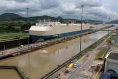 Un barco carguero cruzando por las esclusas Miraflores en el Canal de Panamá en Ciudad de Panamá, jun 25, 2016. Firmas estatales chinas expresaron su interés en el desarrollo de terrenos alrededor del Canal de Panamá, indicó el administrador de la vital vía acuática, subrayando la apuesta del gigante asiático en infraestructuras ferroviarias y portuarias en todo el mundo.  REUTERS/Alberto Solis
