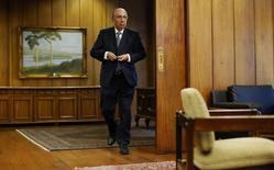 El ministro de Hacienda de Brasil, Henrique Meirelles, llega a una entrevista en Brasilia. 21 de febrero de 2017. El Gobierno de Brasil está considerando un alza de impuestos de 14.000 millones de reales (4.600 millones de dólares) y un congelamiento de gastos de 30.000 millones de reales este año para cumplir con una meta clave de ahorro fiscal, dijo el lunes una fuente gubernamental. REUTERS/Adriano Machado