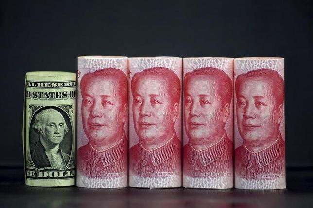 3月27日、中国人民銀行(中央銀行)は、通貨人民元の国際的な利用に向けた「政策の枠組みと基盤」を改善し、投資や外貨準備における人民元の役割を拡大するとの声明をウェブサイトに公表した。写真は昨年1月、中国・北京で撮影(2017年 ロイター/Jason Lee)