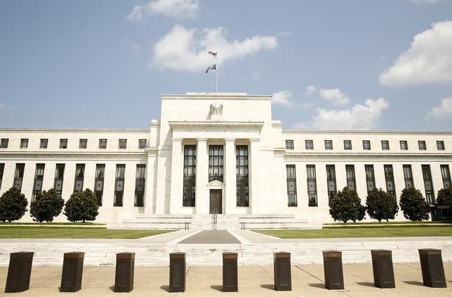 3月27日、米ダラス地区連銀のカプラン総裁は、米経済が完全雇用とインフレ率2%という目標の達成に向けて前進を続けるのであれば、一段の利上げを支持すると述べた。写真はワシントンにある米連邦準備理事会本部のビル。2015年9月撮影(2017年 ロイター/Kevin Lamarque)