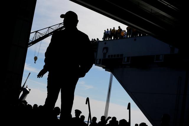 3月2日、トランプ米大統領は、国防支出の増額計画を自画自賛する演説の舞台として、建造に約1兆5000億円を費やした米海軍の最新鋭航空母艦「ジェラルド・R・フォード」の甲板を選んだ。写真は同空母での演説に臨むトランプ大統領(2017年 ロイター/Jonathan Ernst)