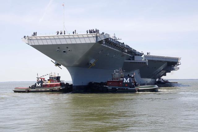 3月2日、トランプ米大統領は、国防支出の増額計画を自画自賛する演説の舞台として、建造に約1兆5000億円を費やした米海軍の最新鋭航空母艦「ジェラルド・R・フォード」の甲板を選んだ。写真はバージニア州で2016年6月撮影の同空母。米海軍の提供写真(2017年 ロイター)